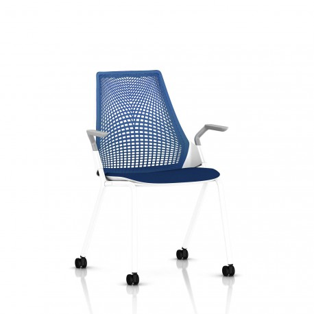 Sayl Side Chair Herman Miller Studio White / 4 Pieds - Roulettes / Dossier Suspension Berry Blue / Assise Tissu Scuba